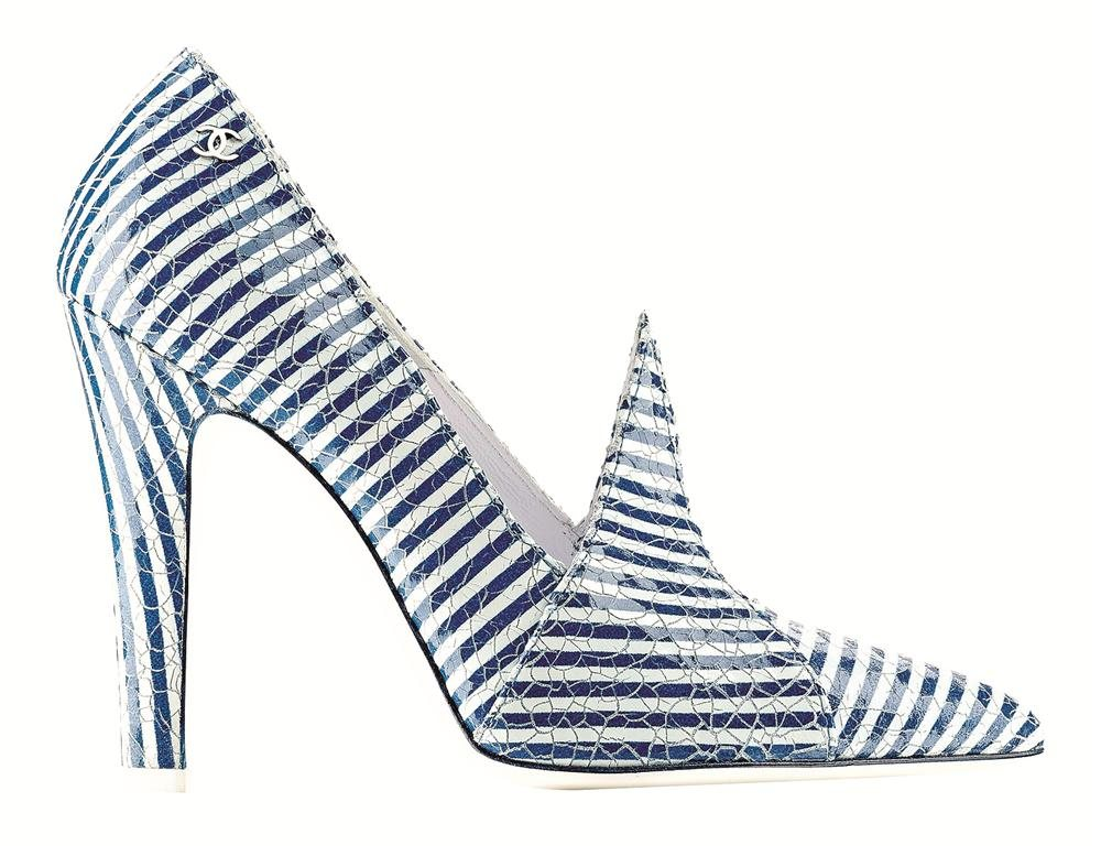 G29730-Blue and white striped patent leather pump Escarpin rayé bleu et blanc en cuir verni. Look Cuero