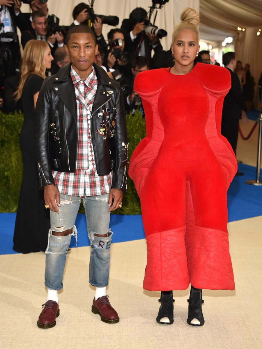Pharrell Williams, de Chanel. . Pharrel Williams y su mujer, Helen Lasichanh, ambos de Comme des Garçons.