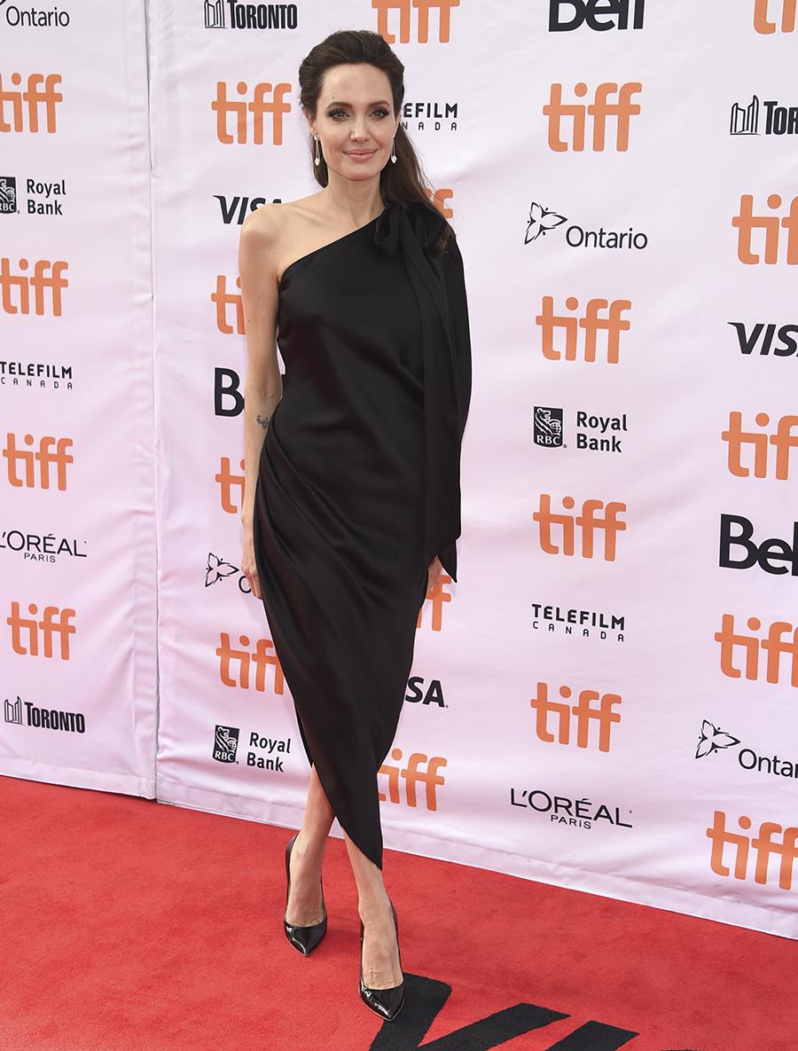 El (definitivo) vestido negro que le copiarás a Angelina Jolie - InStyle