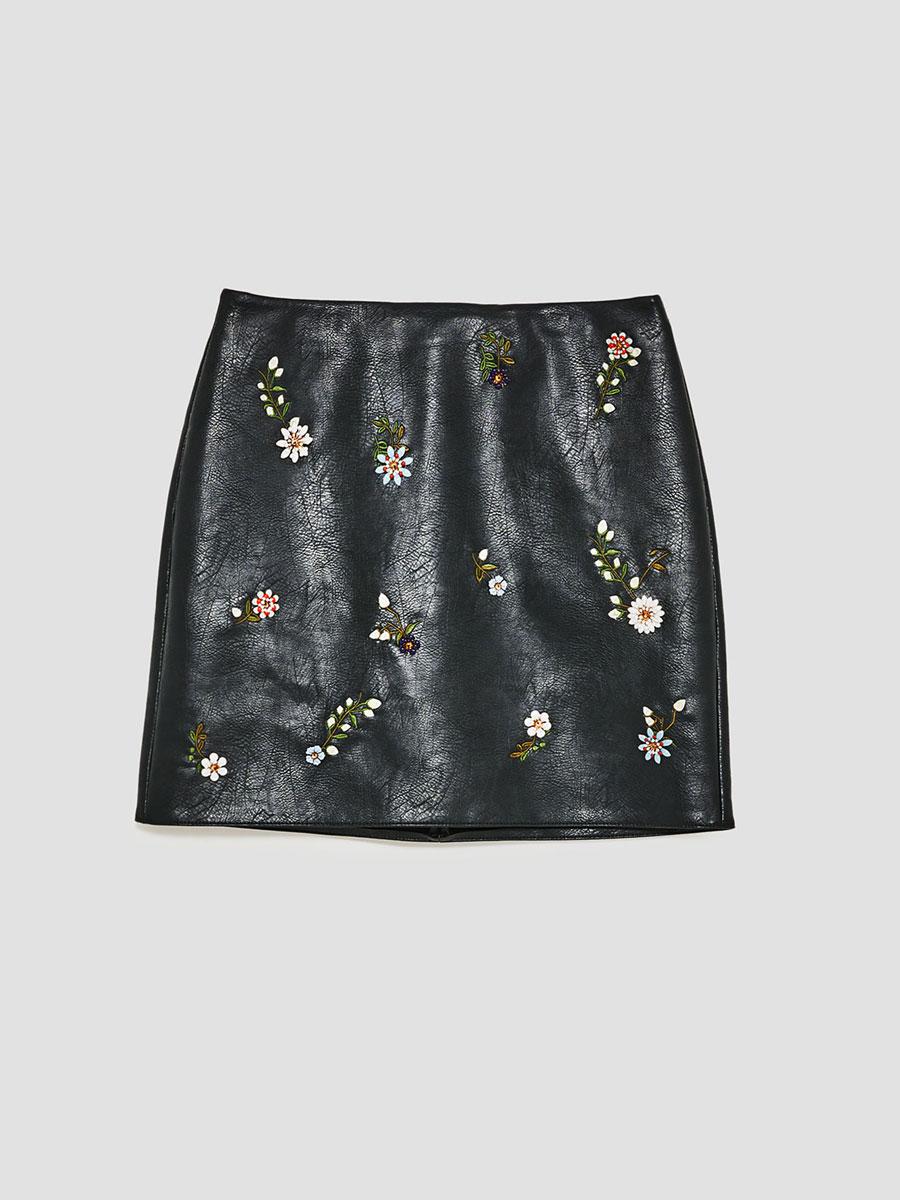 a1026d24b7 9 faldas de cuero que desearás esta temporada otoño-invierno 2017 18 ...