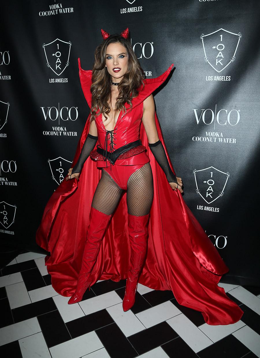 07416f8c3 Famosos disfraces Halloween 38. Alessandra Ambrosio y su impresionante  disfraz de diabla