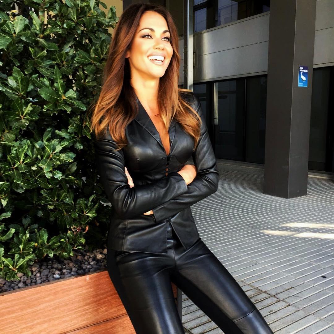 bba3c74a69f Lara Alvarez look cuero. El look en cuero más cañero de Lara Álvarez