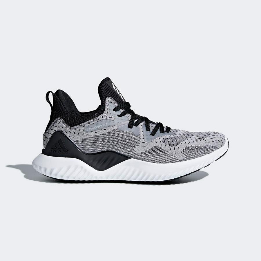5cef7c55b8c4 Las 10 zapatillas de moda para mujer de la primavera 2018 - InStyle