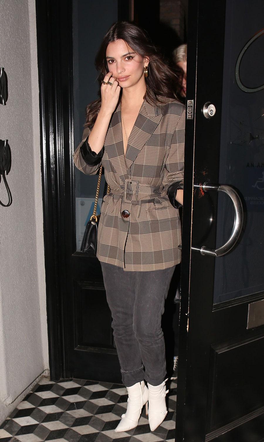 2b70ce8a6 El perfecto look de oficina de Emily Ratajkowski con blazer de Zara ...