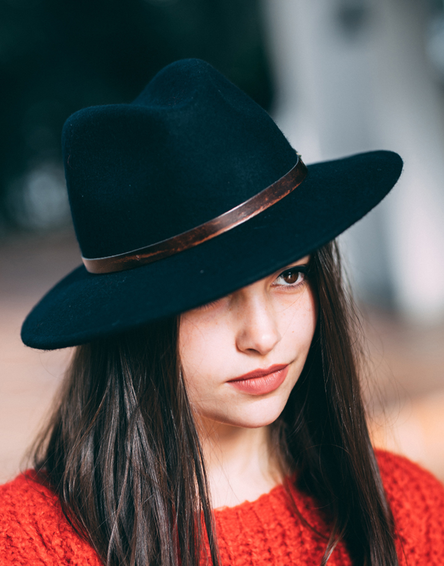 Sombreros  el accesorio para la lluvia que no se quita Blanca Suárez ... 76dfb24993d