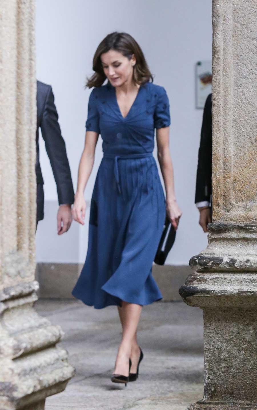 Combinar vestido azul negro