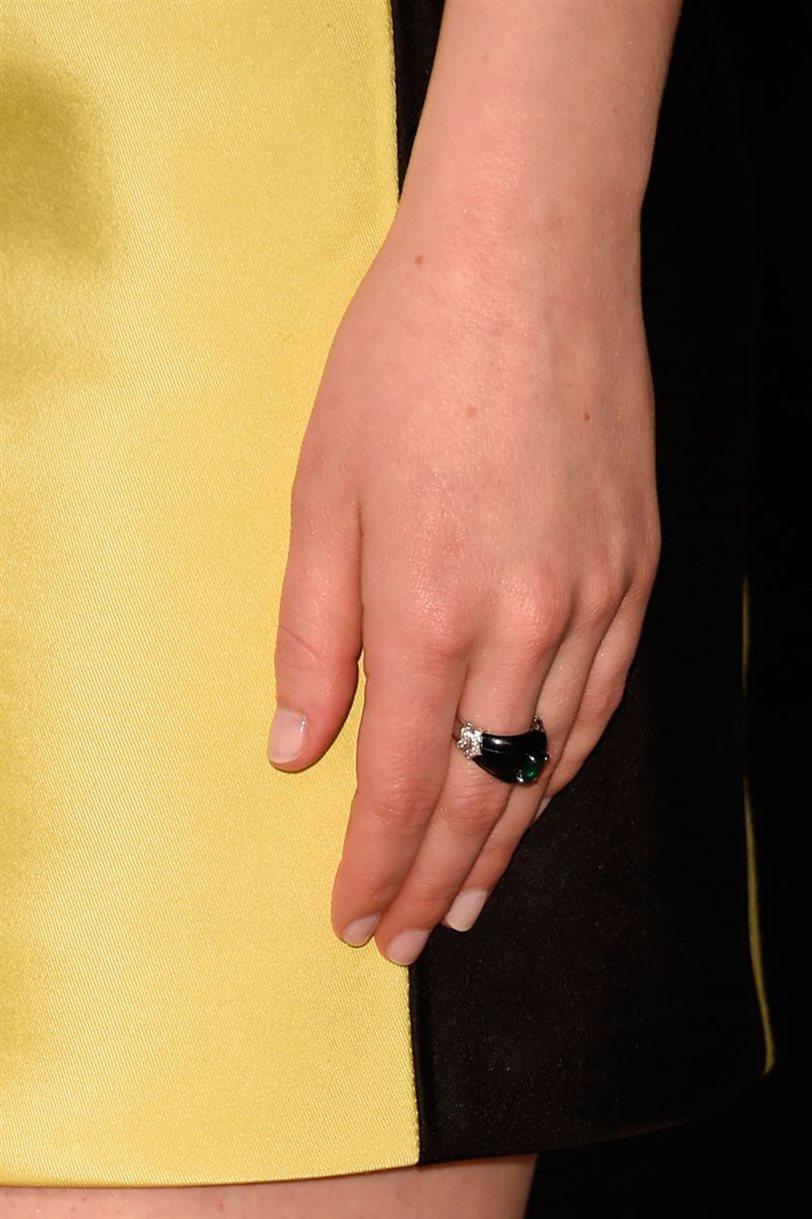 El esmalte de uñas que une a la reina Isabel II y Emma Stone - InStyle