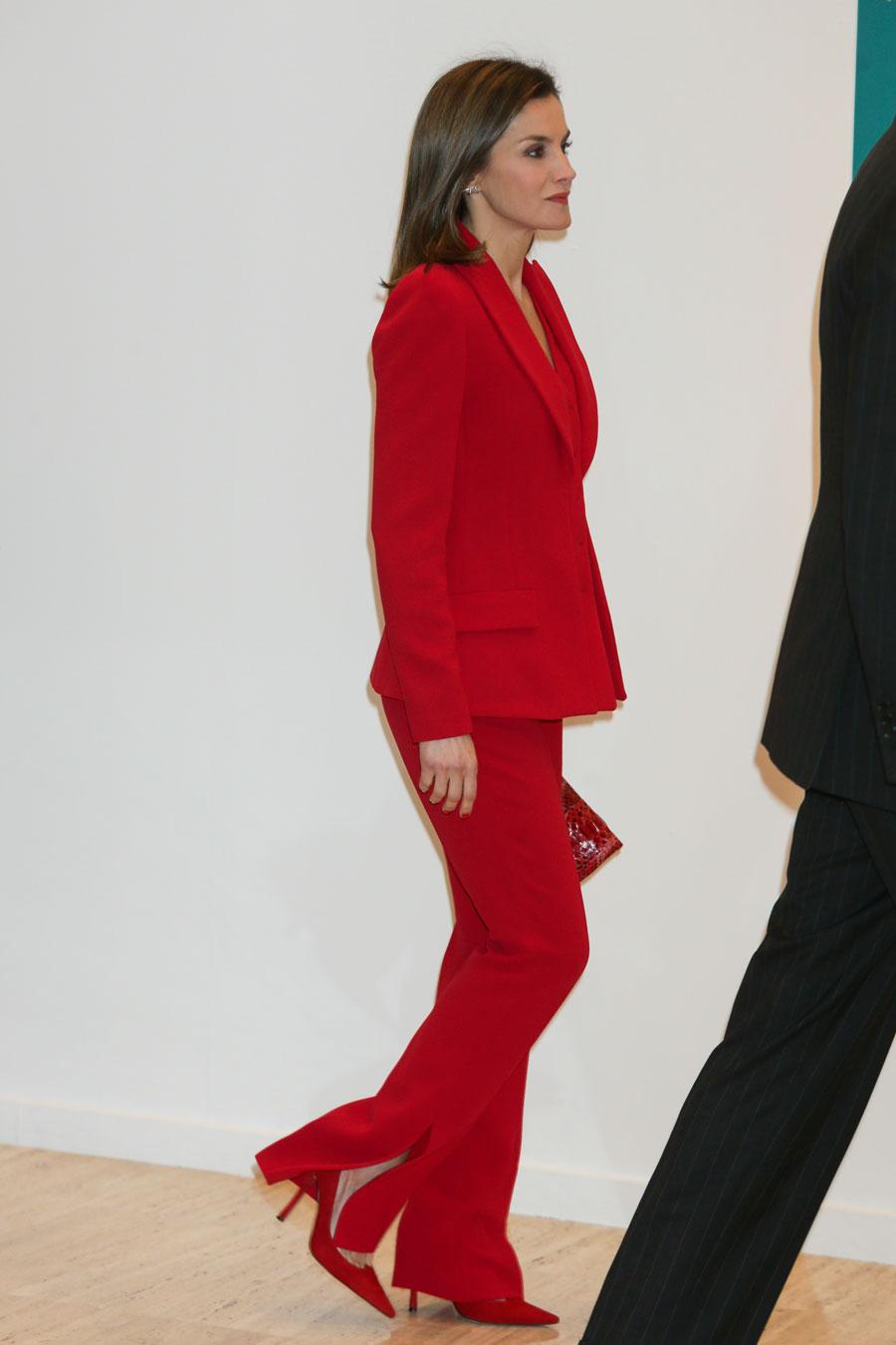 Tener cuidado de En liquidación cómo hacer pedidos Letizia Ortiz estrena traje de chaqueta en su color favorito ...