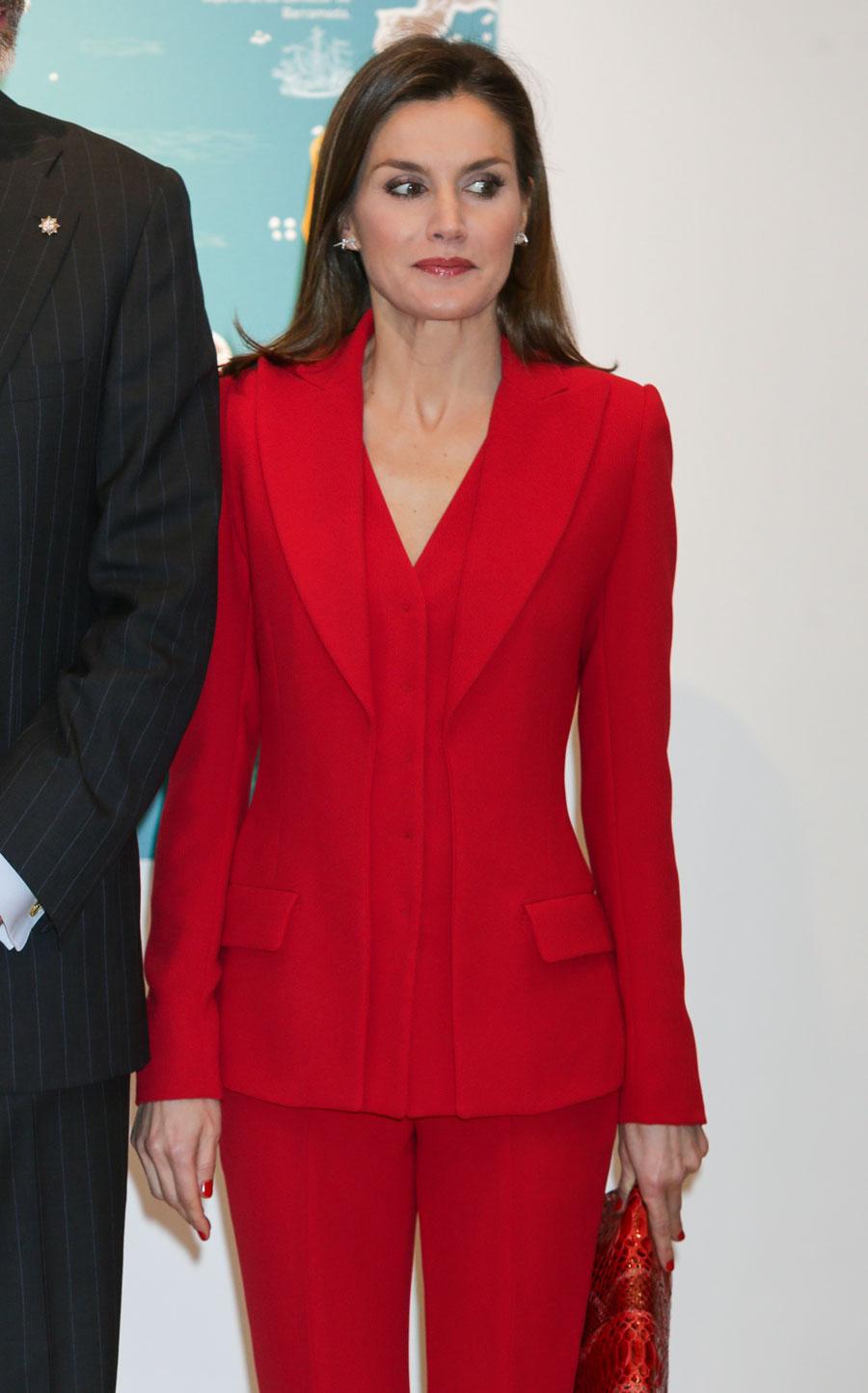 Letizia Ortiz estrena traje de chaqueta en su color favorito  el ... 39f0b69011d