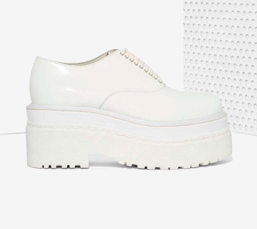 7dff377da3d 8 zapatos blancos masculinos de mujer que hacen crecer tus looks ...