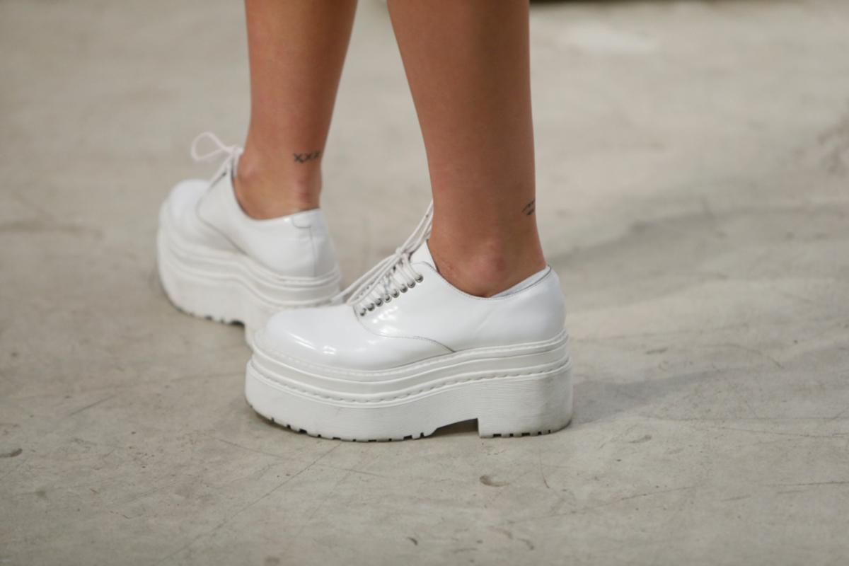 417c7bd6c 8 zapatos blancos masculinos de mujer que hacen crecer tus looks ...