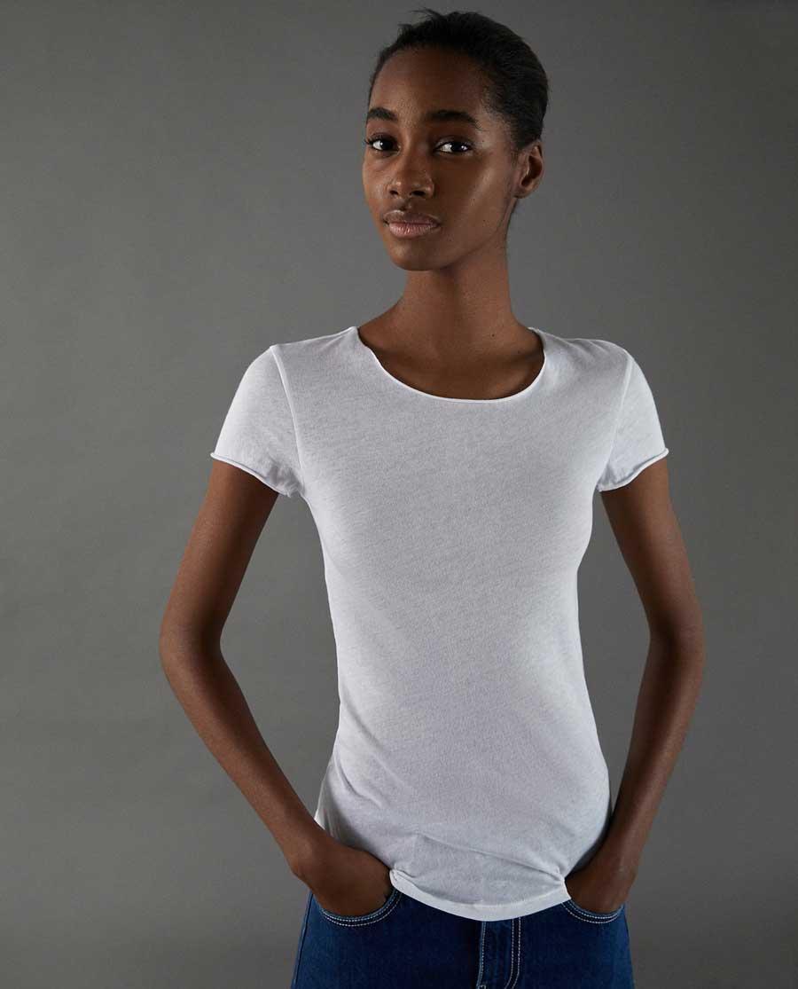 Outfit con combina camiseta blanca de zara con zapatos