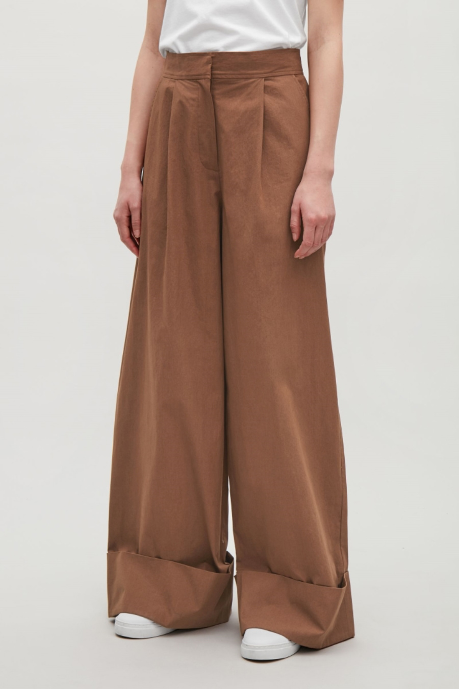 cos WIDE-LEG TROUSERS WITH TURN UPS €89. Pantalón confy