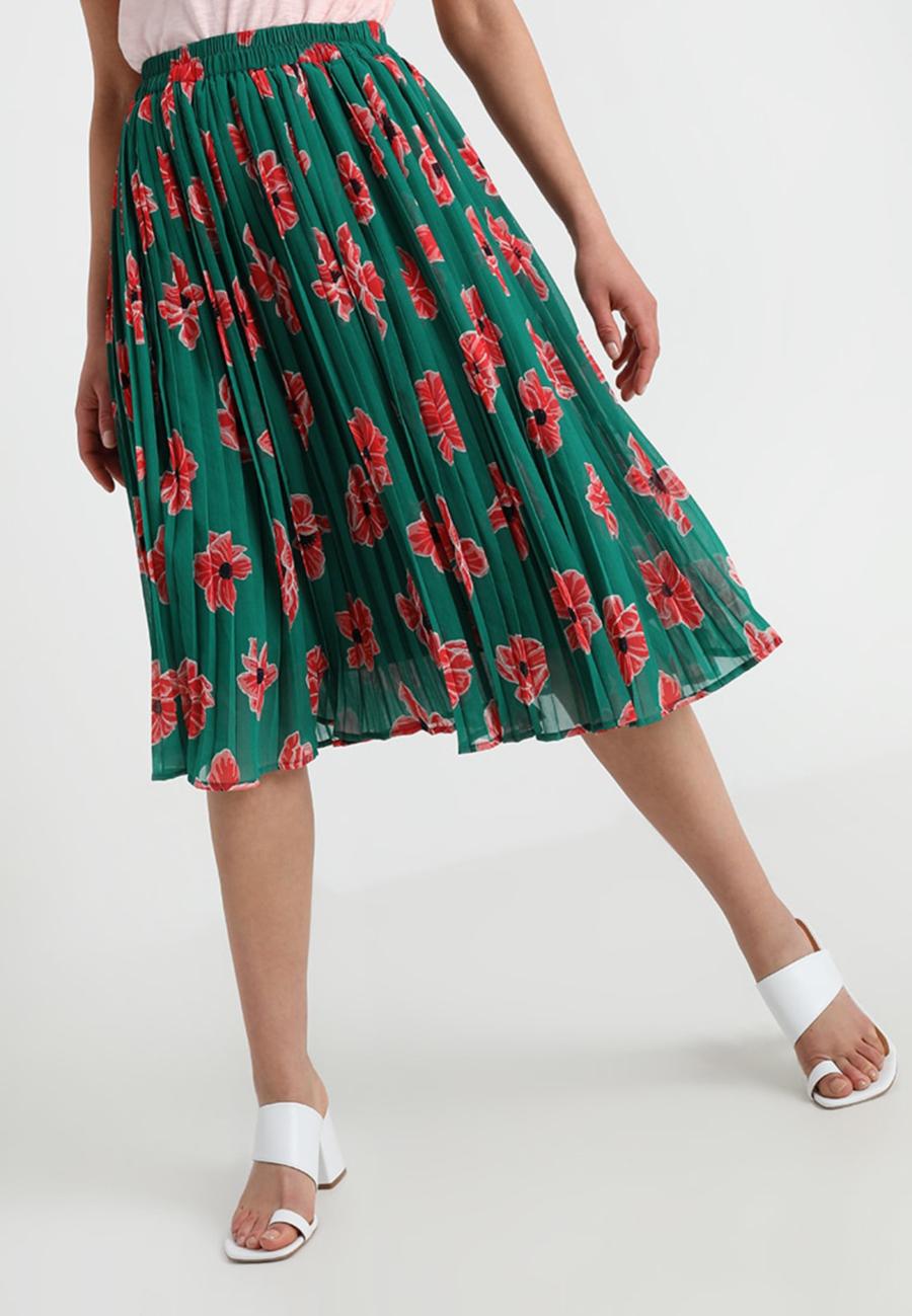 5e2dc0bac1 La falda plisada de flores de Letizia Ortiz (y otras opciones más ...