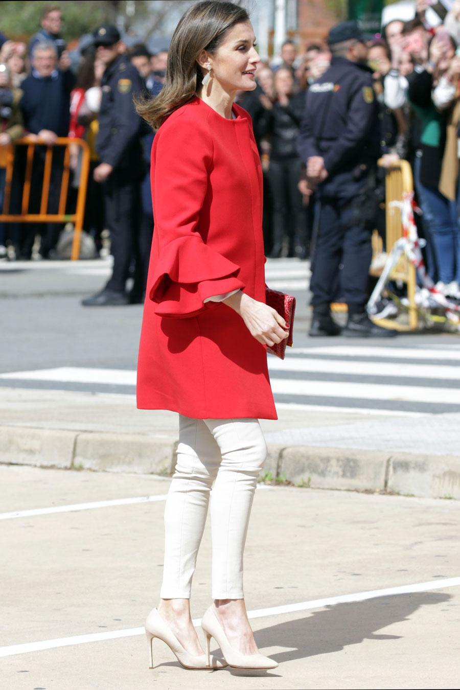 Sonar con mujer con abrigo rojo