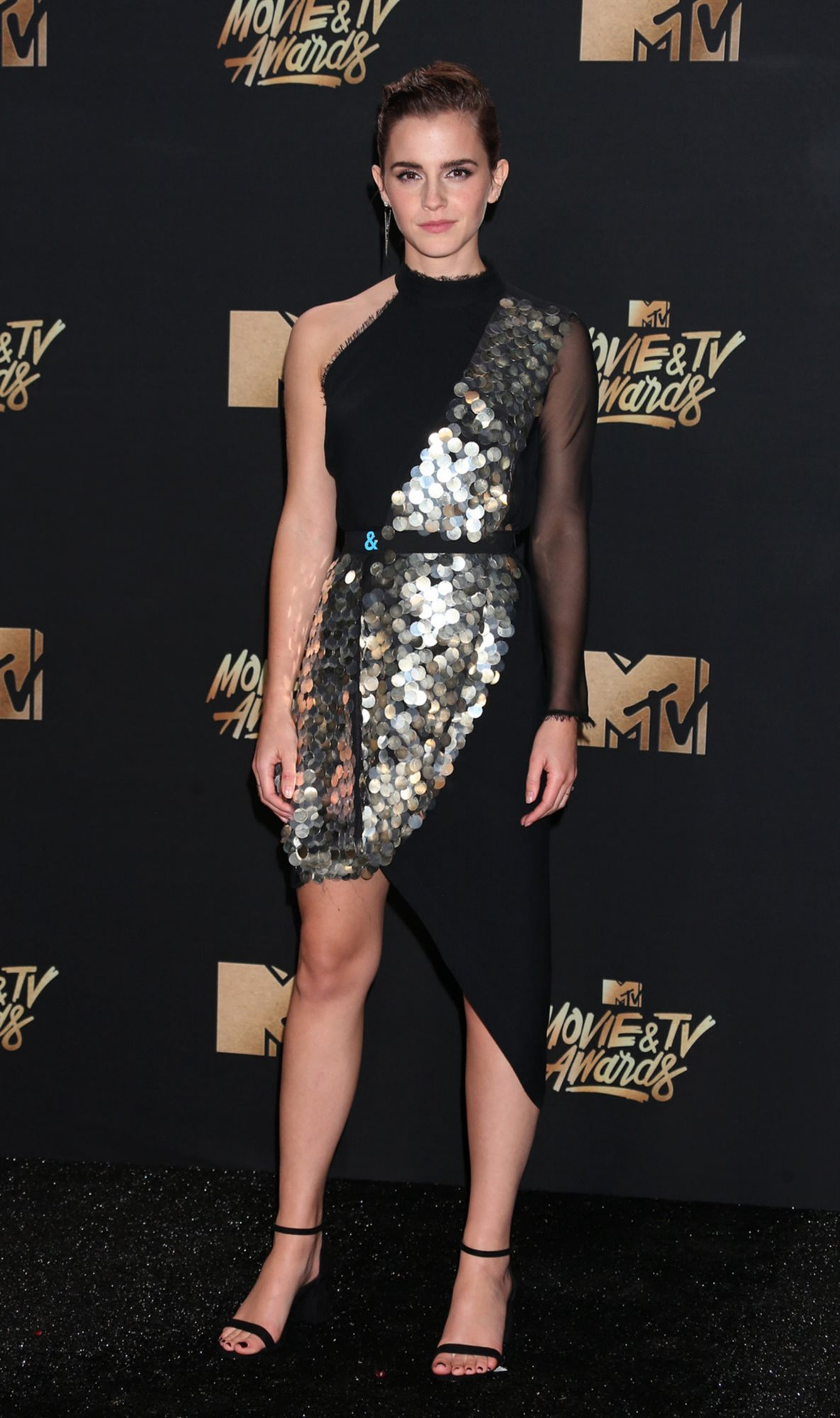 3. Actress Emma Watson at the MTV Movie and TV Awards. Asimetrías metálicas