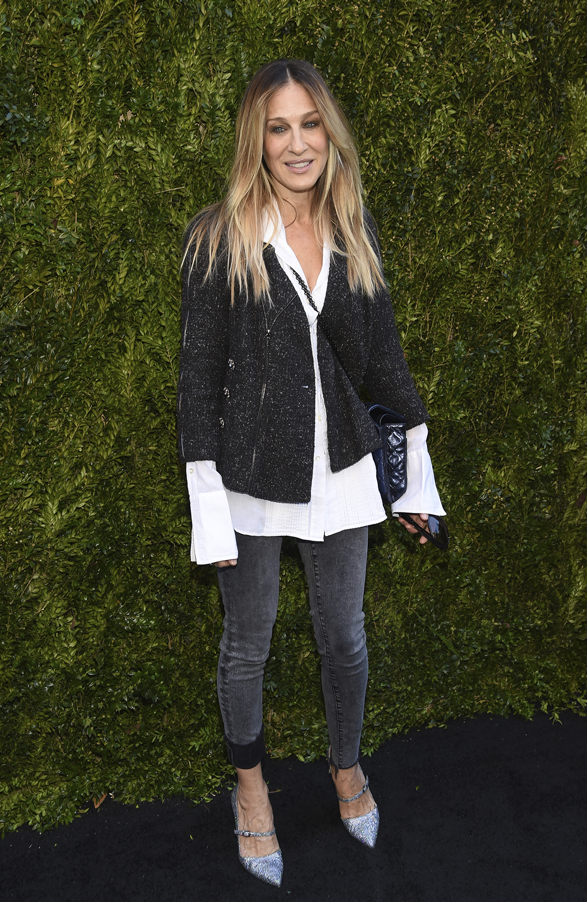 Actress Sarah Jessica Parker attends the 2018 Chanel Tribeca Film Festival Women Filmmakers Luncheon at Odeon on Friday, April 20, 2018 in New York.. Los tonos grises que SÍ son de primavera los lleva Sarah Jessica Parker