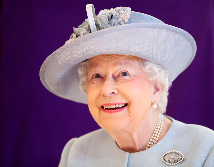 Reina-Isabel-II-gorro. Isabel II 93bee7516f9