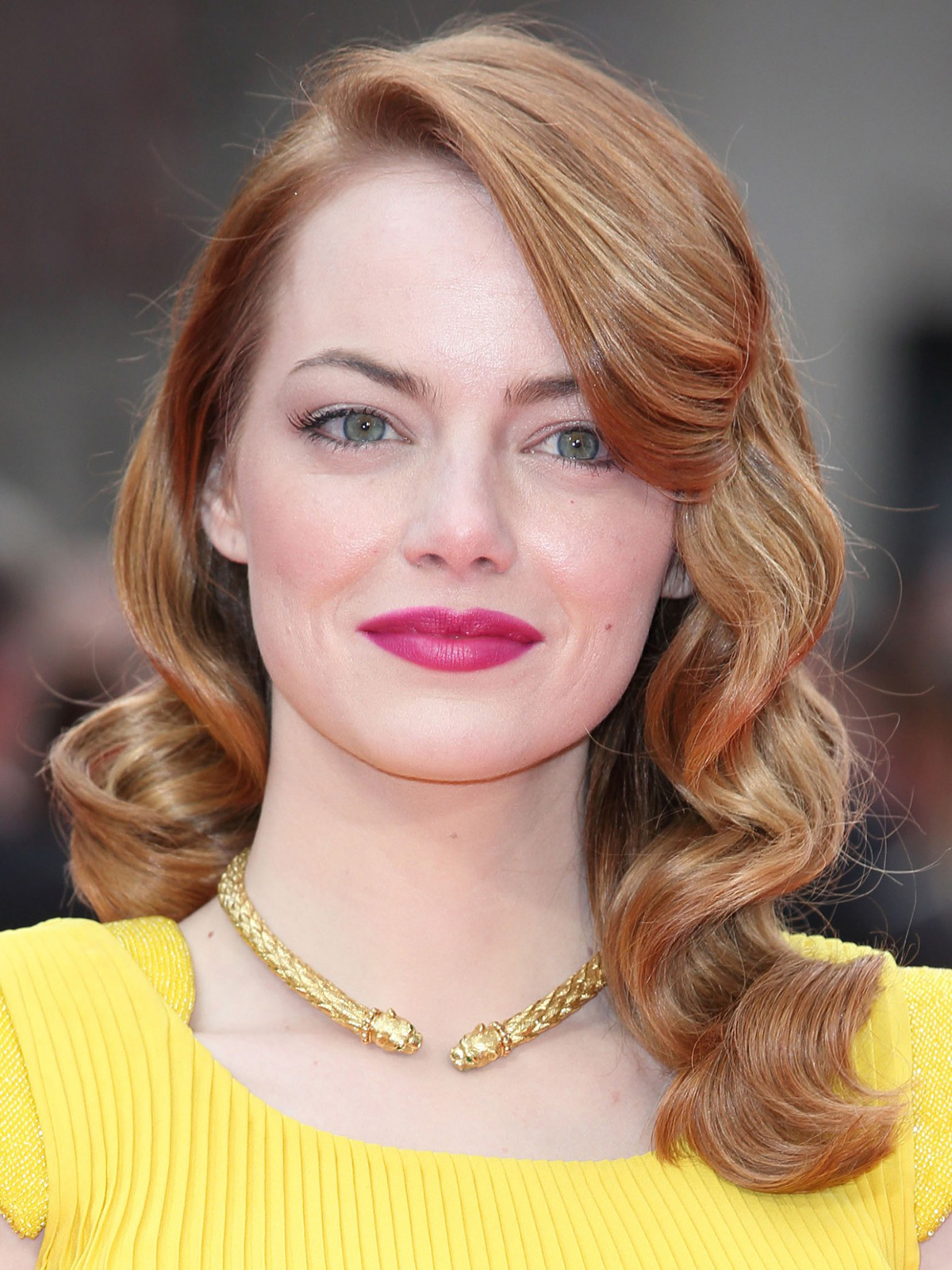 1516590632-emma-stone-hair-and-makeup-pictures-of-emma-stone-s-hairstyles-emma-stone-hairstyles. Ojos color verde
