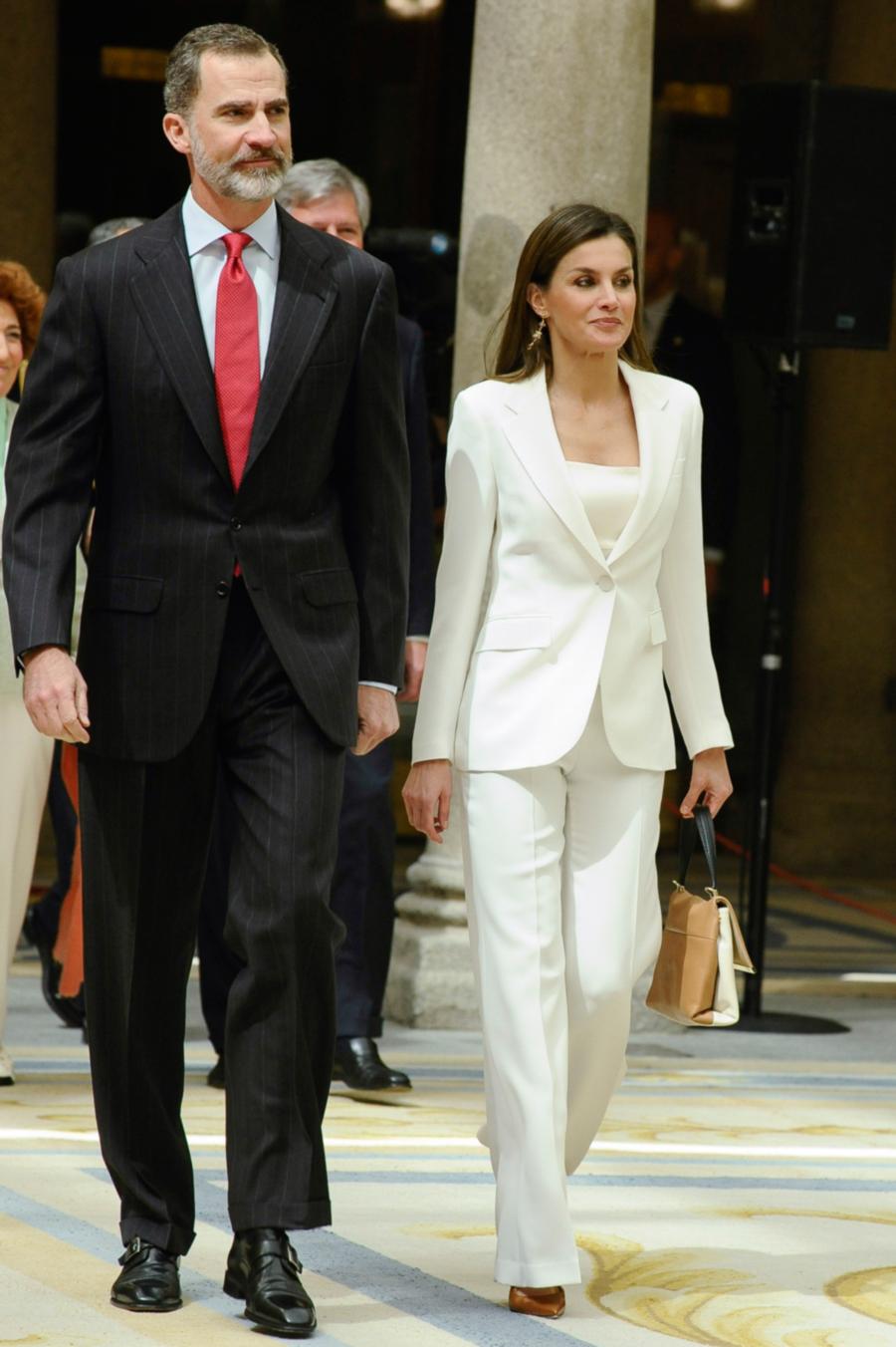 letizia-ortiz-traje-pantalon-blanco-rey. El mensaje de Letizia e8a185305b0