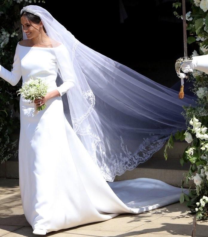 la diseñadora del vestido de lady di comenta el vestido de meghan