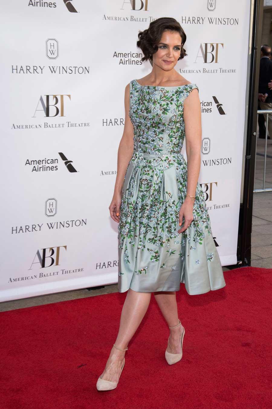 37d073cc5 Katie Holmes también sabe cómo llevar los vestidos florales. Katie Holmes  también sabe cómo llevar