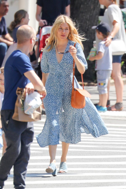 10d9edf519 El vestido midi floral de Sienna Miller que querrás tener este ...