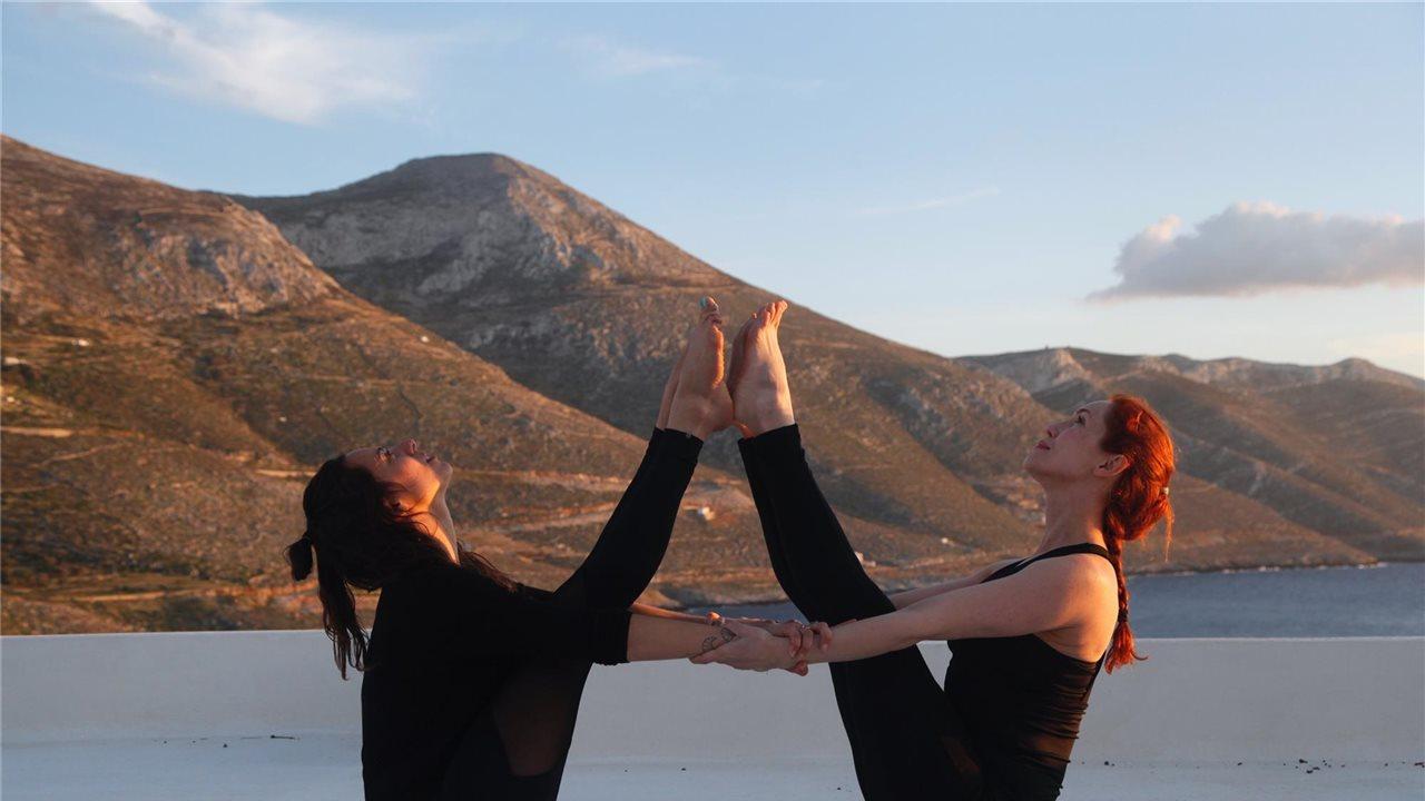 4 posturas de yoga en pareja para hacer con amigas - InStyle 52000525809e