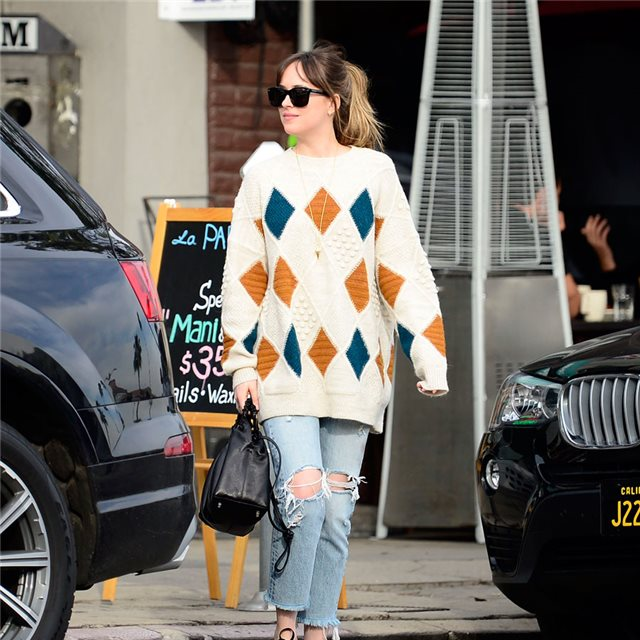 Dakota Johnson y su maxi jersey con divetido estampado