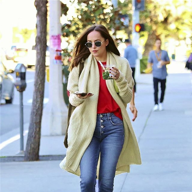 Dakota Johnson y su maxi cardigan