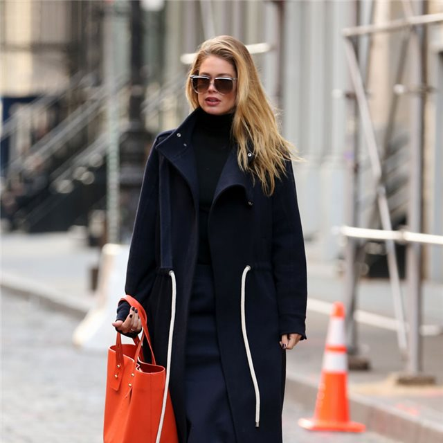 Doutzen Kroes y su bolso a todo color