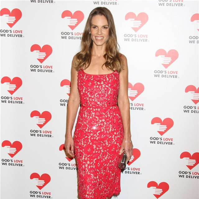 Hilary Swank, con look de Michael Kors