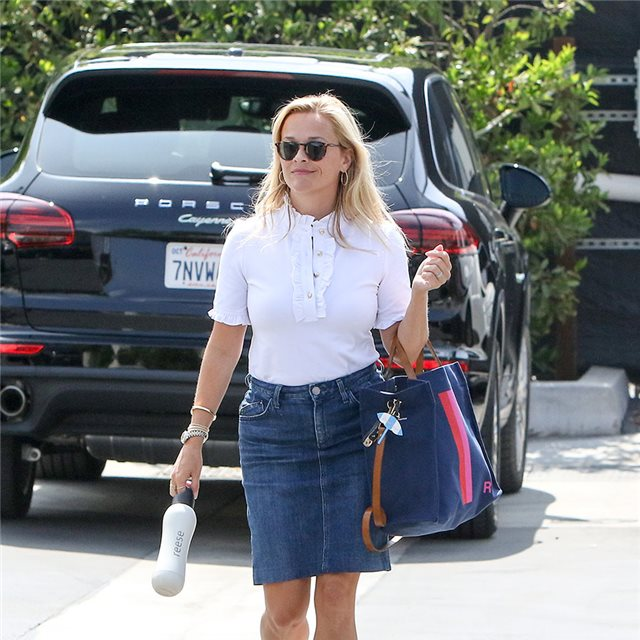 Reese Witherspoon con falda vaquera