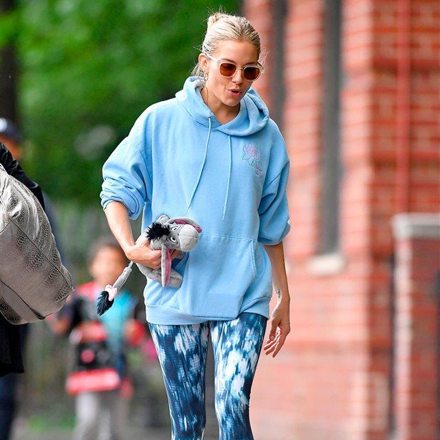 Sienna Miller tiene el vestido de Zara perfecto para el entretiempo