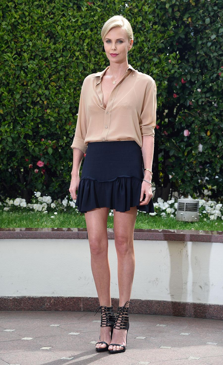 c2ca41d93 Charlize-Theron-mini-falda-. Charlize Theron tiene la minifalda perfecta  para