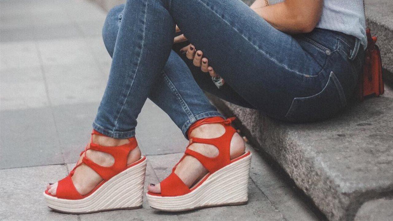 d0985b72cf1 Colores de uñas verano 2018  combina pedicura y sandalias - InStyle