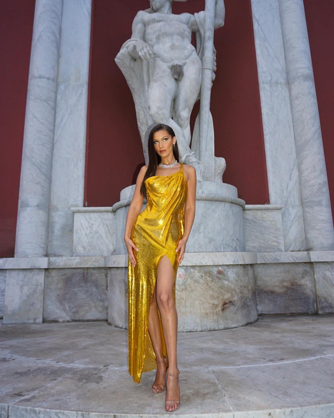 72ca3d46c5cd3 Bella Hadid vestio brillante amarillo. Vestidos de fiesta  Bella Hadid  deslumbra con su diseño