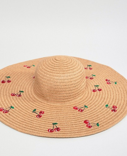 Sombrero Monki. Un look de playa juvenil