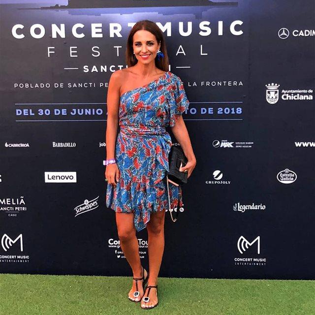 0c10a61bda Paula Echevarría se rinde ante un vestido asimétrico para ir de Festival