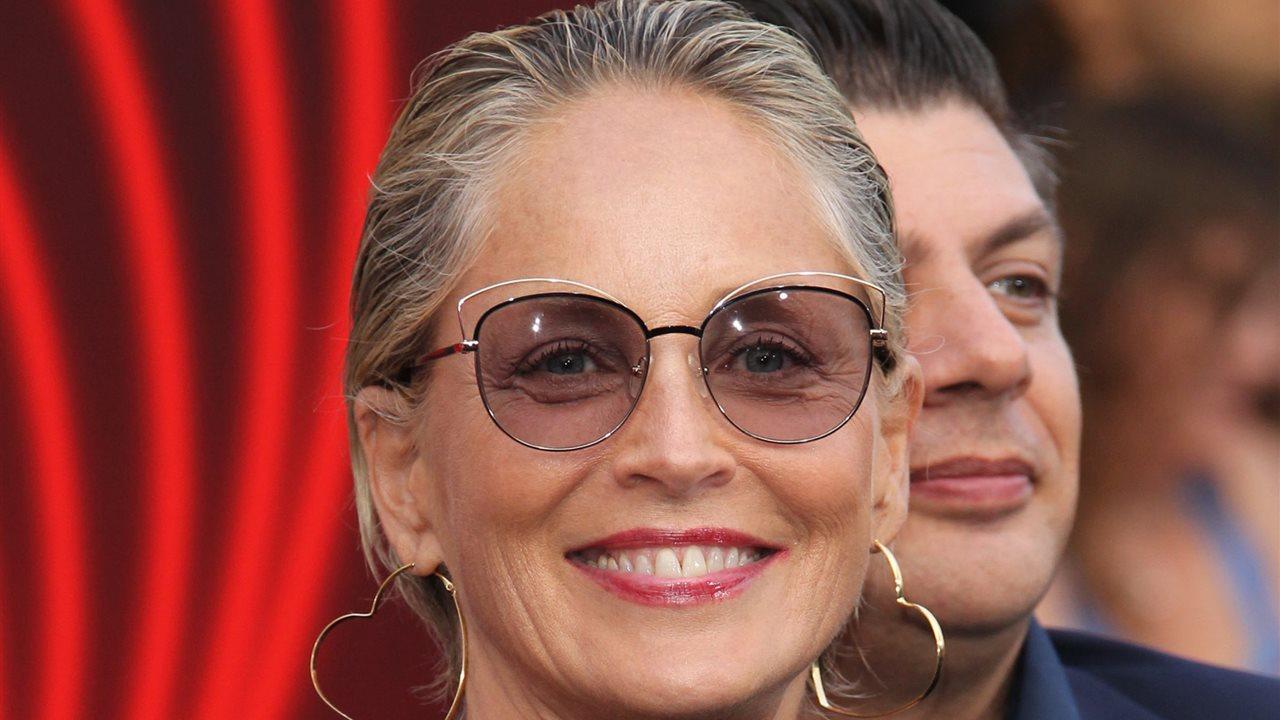 Sharon Stone Enseña Con Orgullo Sus Raíces Y Canas Instyle
