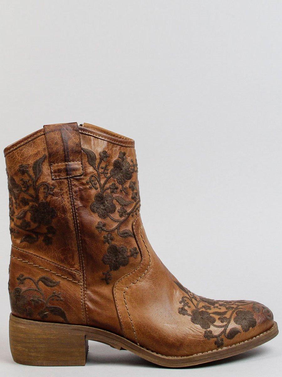 c341cae65b Botas camperas o cowboy de mujer  el zapato de moda - InStyle