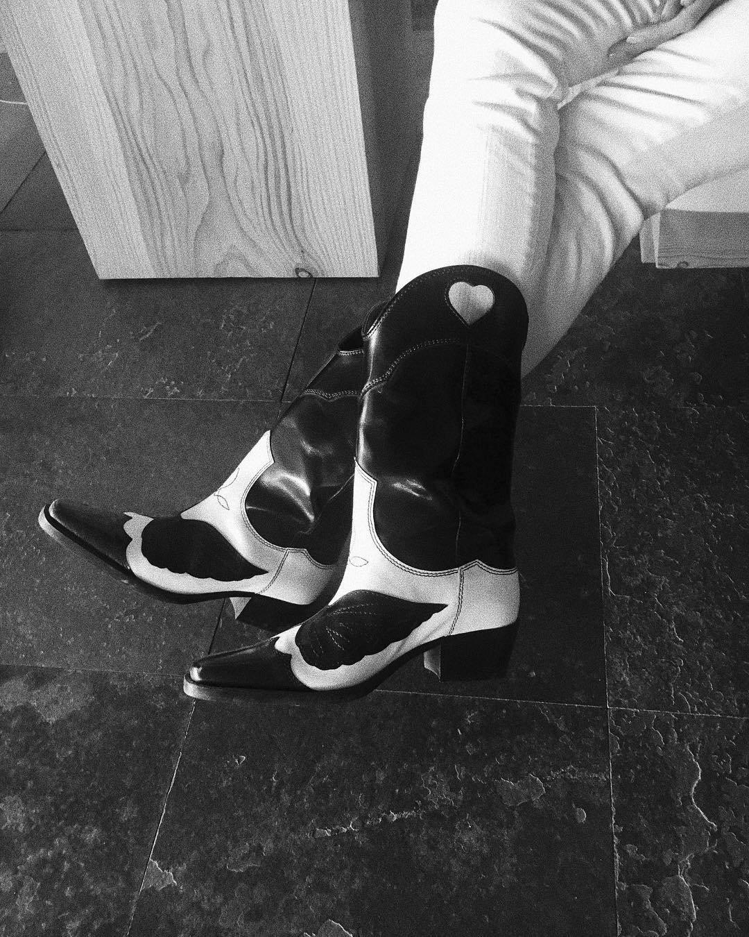 Sara Carbonero botas cowboy Instagram. Sara Carbonero ya tiene sus botas  camperas de nueva temporada 7d798795ee8c0