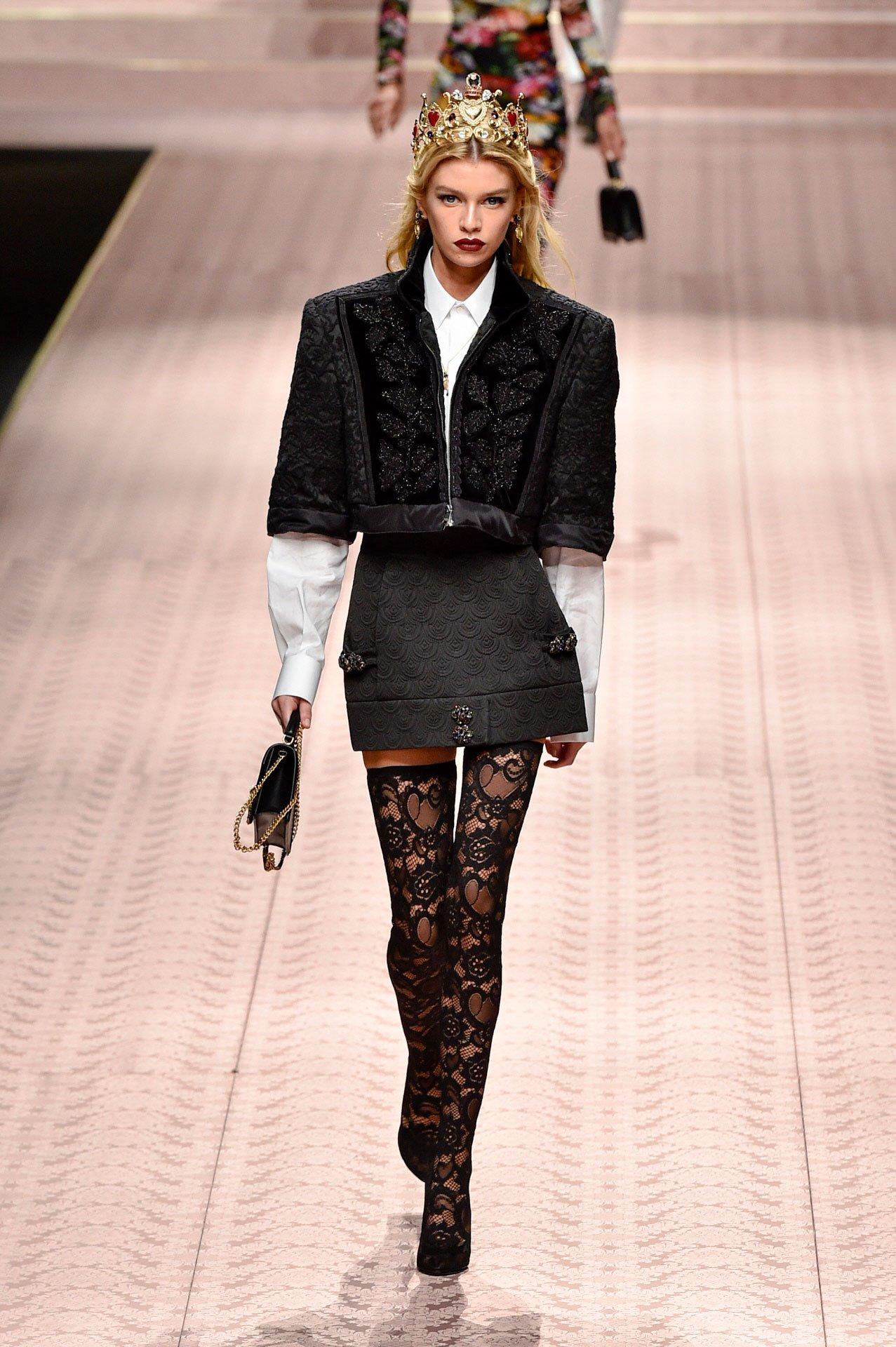 b74a3d1c3c 7 / 10. Stella Maxwell. La modelo conocida por ser un ángel de Victoria's  Secret desfiló para Dolce & Gabbana ...