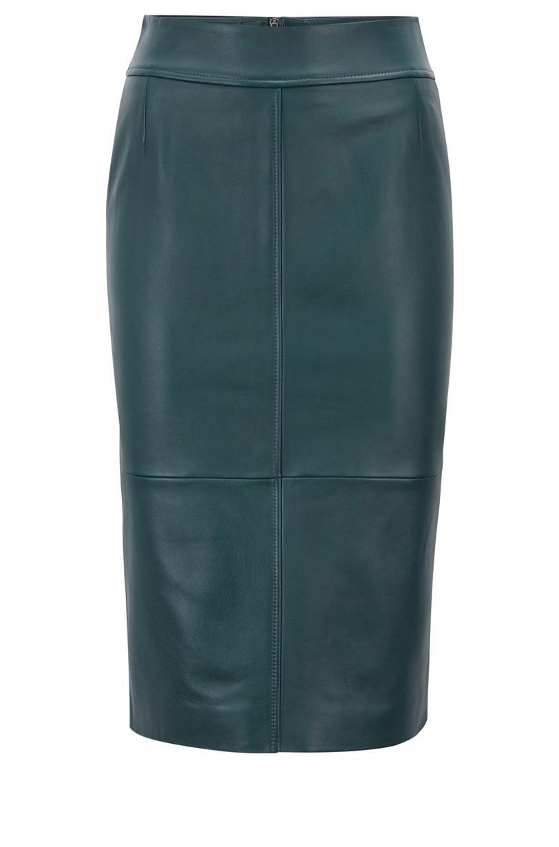 97672e0cc Meghan Markle y la falda de cuero verde de Hugo Boss - InStyle