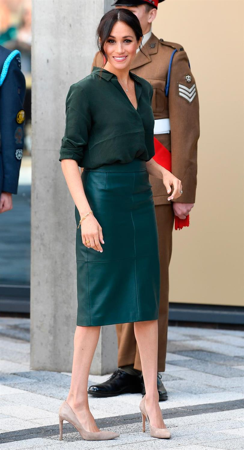 meghan markle ducado sussex falda cuero hugo boss