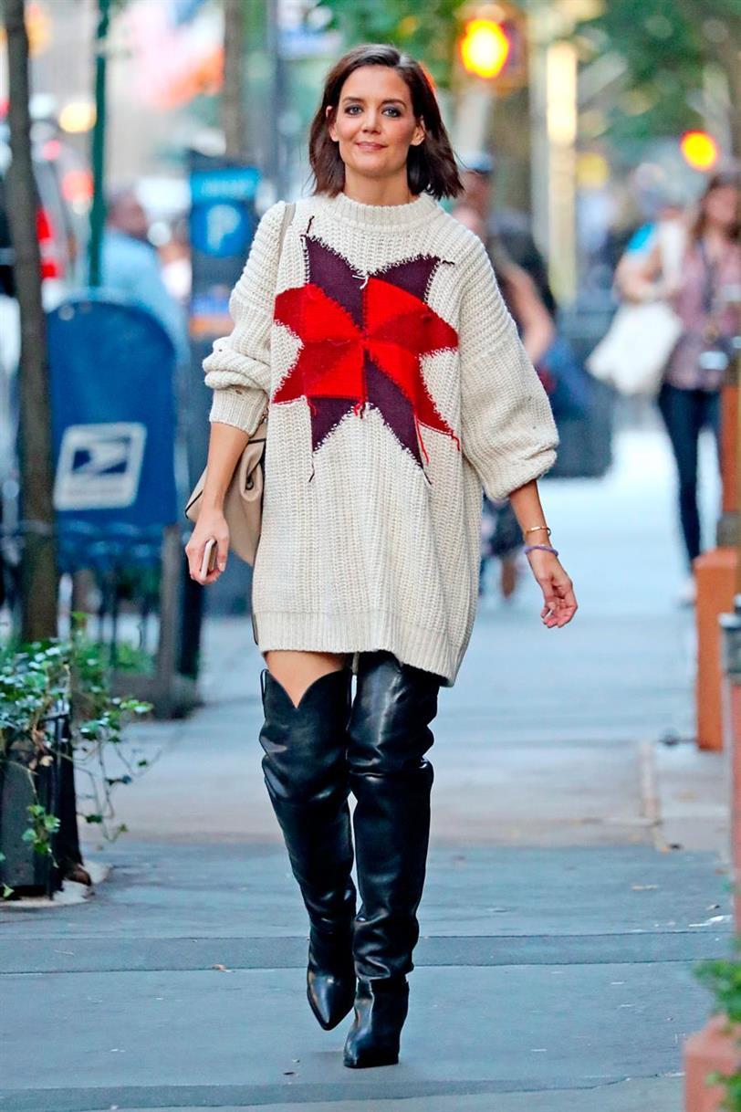 Katie Holmes Lleva Vestido De Punto Y Botas Mosqueteras Para