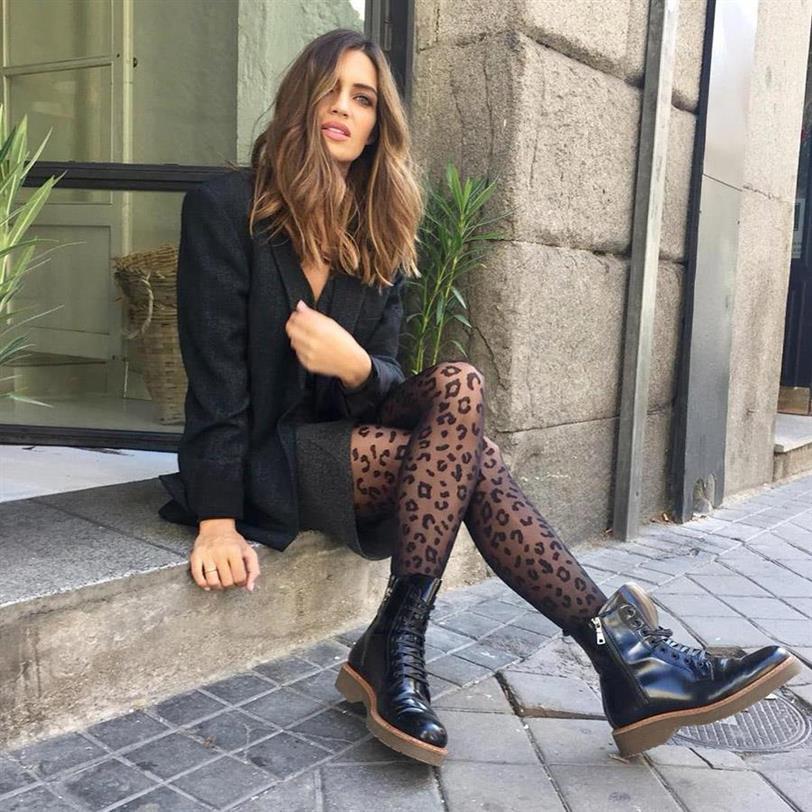 Como combinar un vestido negro con medias