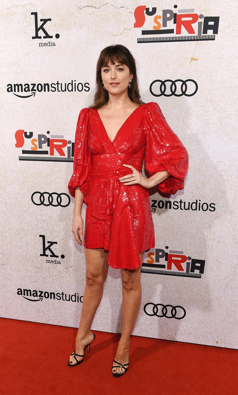 234181e5d dakota-johson-vestido-fiesta-celine-rojo-lentejuelas. El vestido