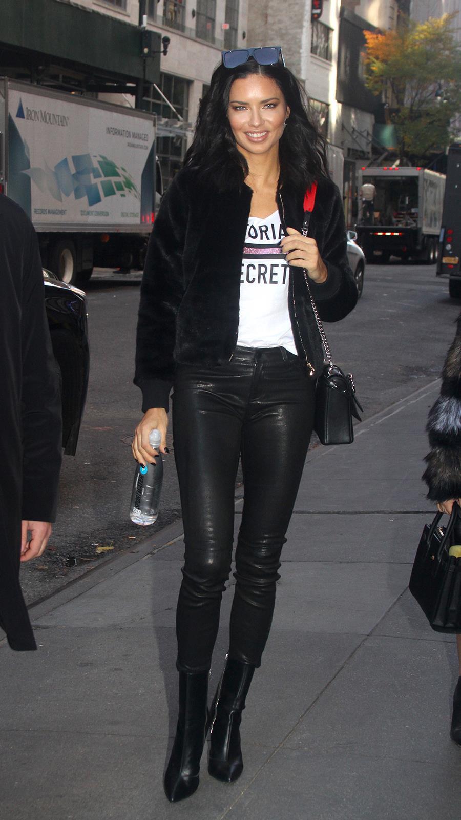 4c1f6d047f Adriana Lima ha sido la última celebrity en llevar los pantalones de ...