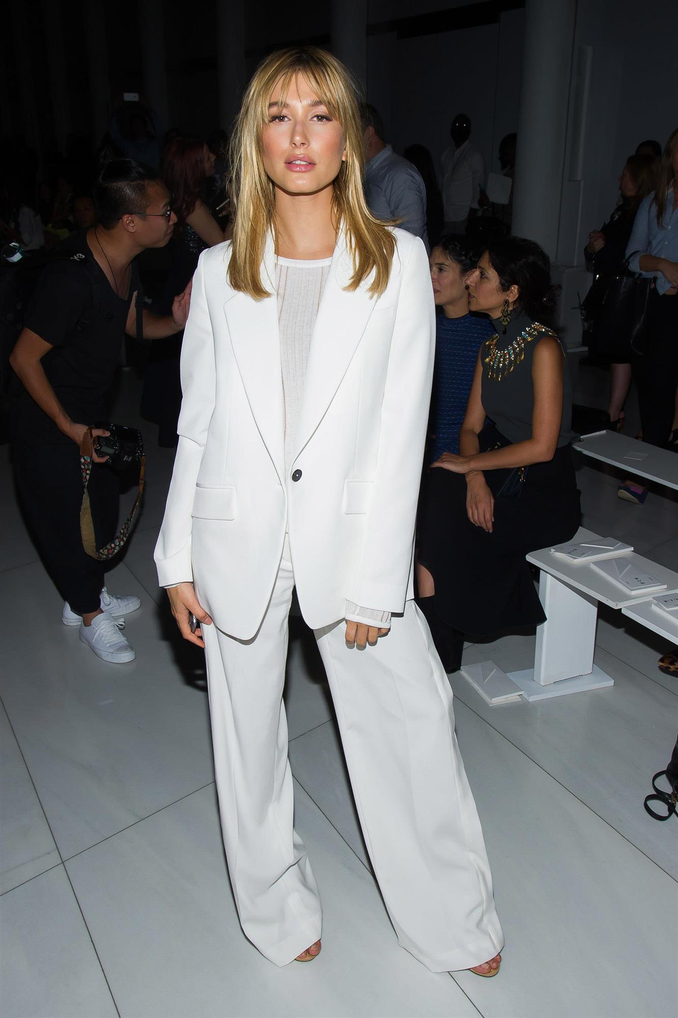 Hailey Baldwin. Total Look en blanco